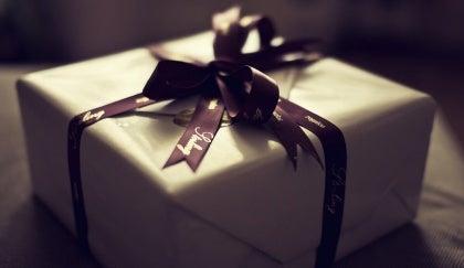 En indpakket gave med gavebånd