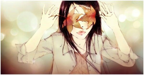 En kvinde gemmer sine øjne bag ved blade på grund af skizotypisk sindslidelse