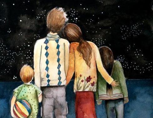 Familie står sammen og kigger på stjernerne