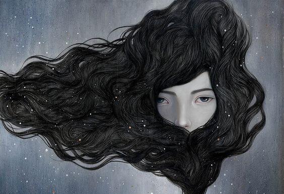 Kvinde omsluttet af sit eget hår har ikke brug for en partner