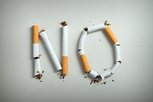 Teksten NO skrevet med cigaretter som et råb om teknikker til rygestop