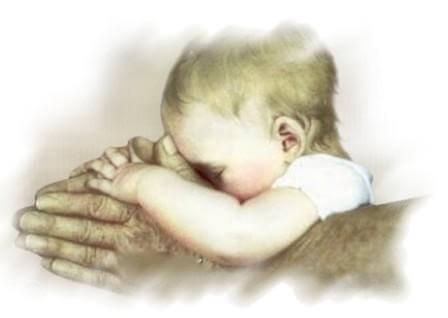 En baby holdes i en voksens hænder