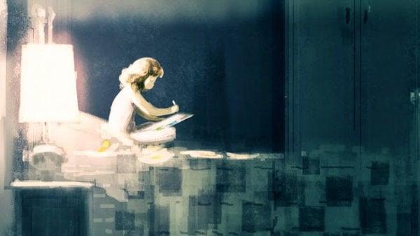 Et barn sidder i en seng og skriver og øver sig på at være selvstændig