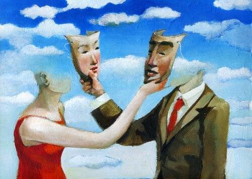 En mand og en kvinde tager hinandens masker af, da mange bærer masker i dette liv