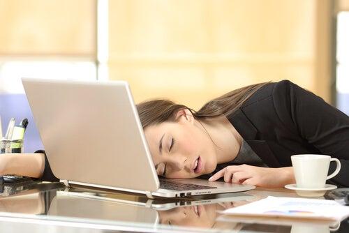 Kvinde er faldet i søvn ved computer, fordi hun ikke kan overkomme dovenskab