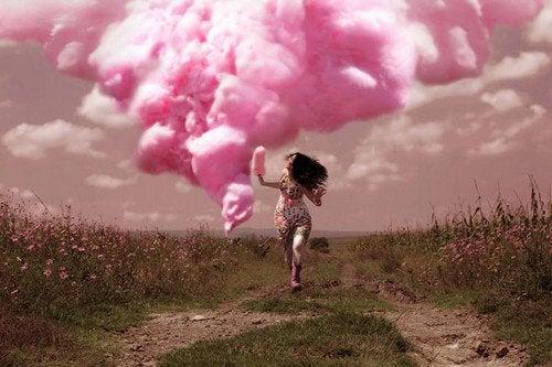 En pige løber med en lyserød sky