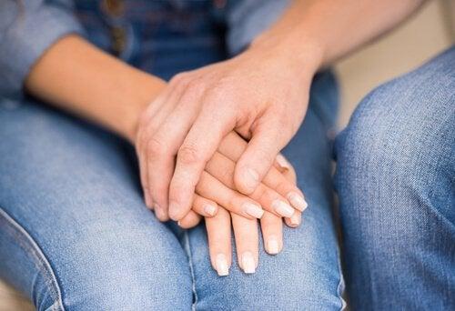 Et par holder hænder som en del af at diskutere uden at skændes