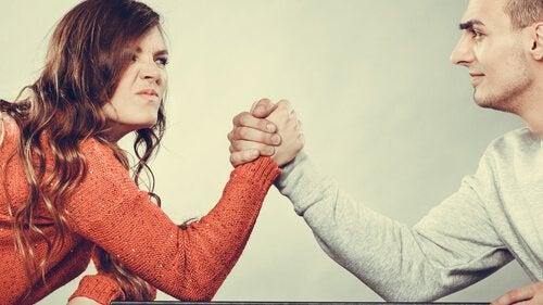 Et par lægger arm for at afgøre en diskussion