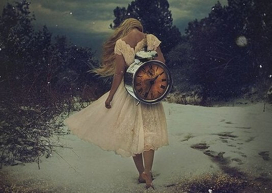 Pige bærer ur på ryggen