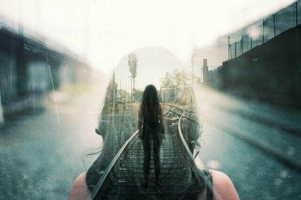 En pige går på togskinner
