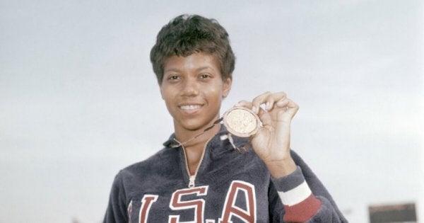 Wilma Rudolph, der står smilende med en medalje