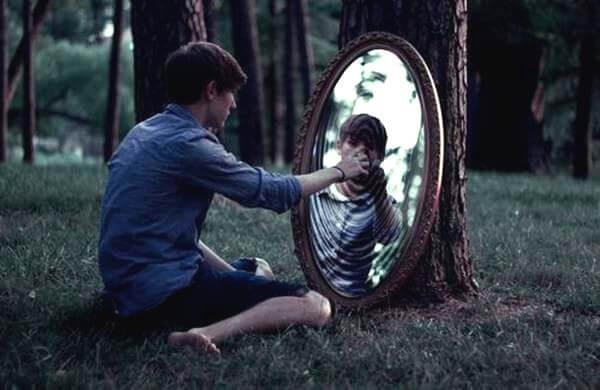 """Mand fortæller spejlbillede """"vær stærk"""""""