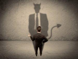 Mand med jakkesæt har en djævel som skygge, da han er en psykopat