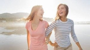 To veninder griner sammen