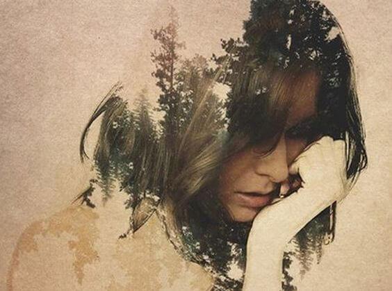 Kvindes silhuet med skov som baggrund