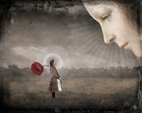 Kæmpe ansigt ser ned på lille kvinde med rose