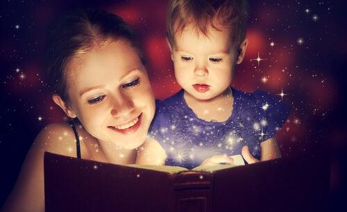 Børn læser bøger sammen