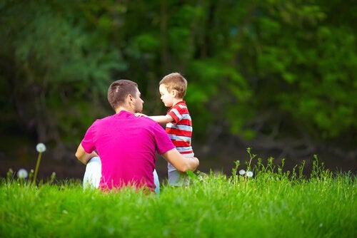 Far snakker med søn om børn, der lyver