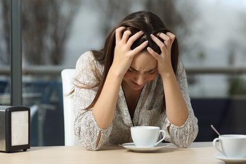 Kvinde er frustreret, fordi hun er oplsugt af vrede