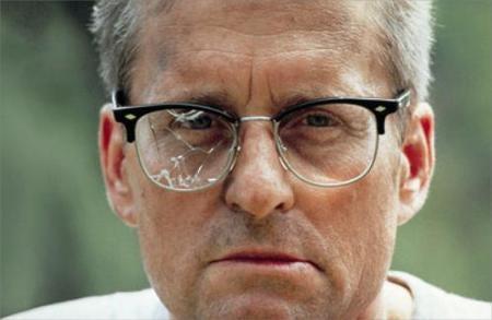 Michael Douglas ser direkte ind i kameraet med ødelagte briller. Kender du dig selv?