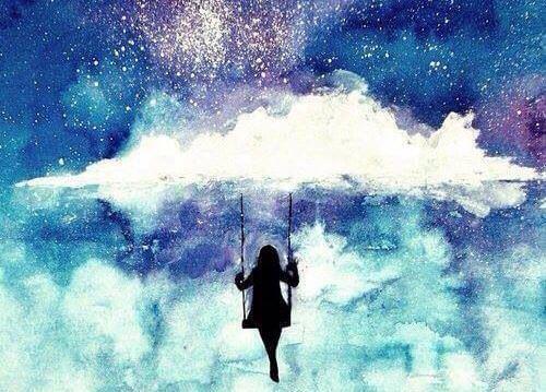 Pige sidder på gynge i himlen