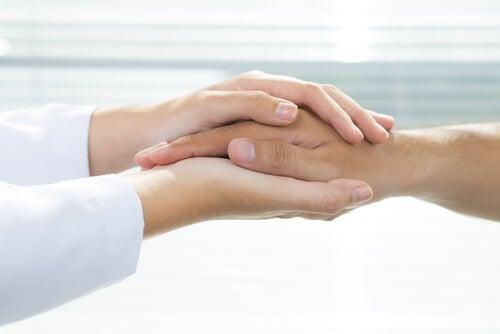Kvinde holder om en mands hånd