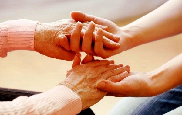 To personer holder hinandens hænder