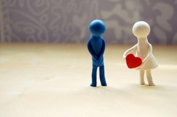 Pige giver dreng hjerte, fordi hun ønsker at behage andre