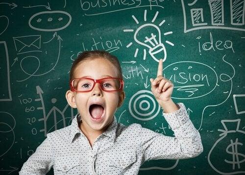 Pige skriver ideer ned på tavle som en del af at hjælpe børn med at løse problemer