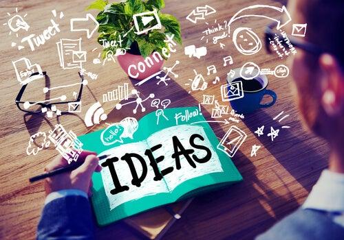 Mand skriver ideer ned