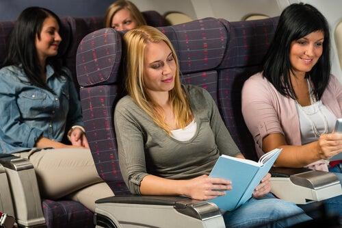 Passagerer slapper af på et fly, fordi de ikke har flyskræk