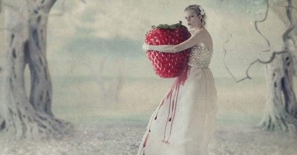 Kvinde omfavner stort jordbær