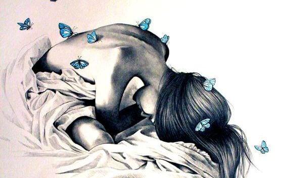 Kvinder bøjer sig forover i en seng med sommerfugle på hendes krop. kom ud af dit skind.