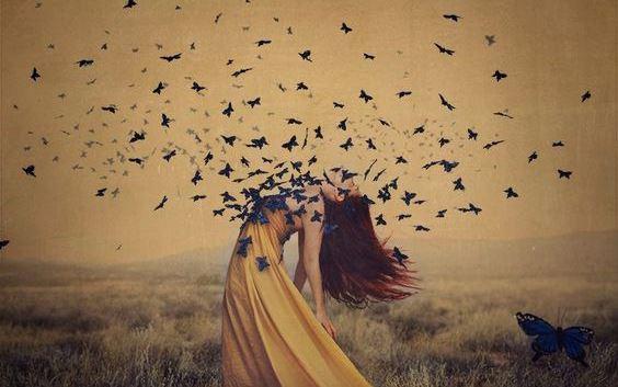 Fugle flyver ud fra kvindes bryst