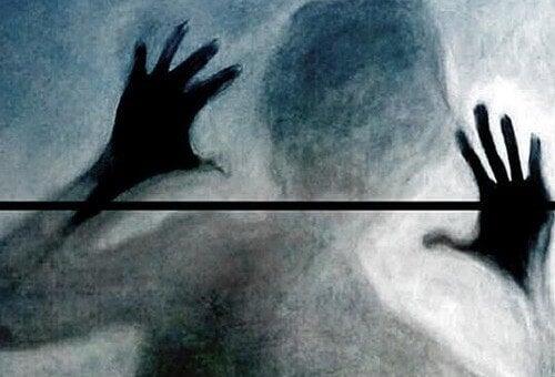 Kvindes silhuet udviser vrede