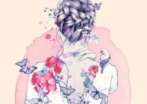 Kvinde med blomster på ryggen