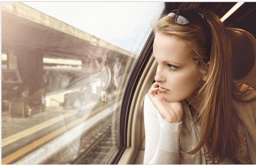 """Kvinde ser ud af togvindue og tænker """"du forlod mig"""""""