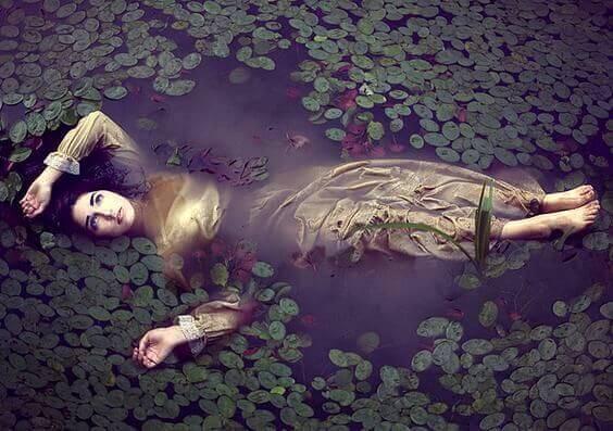Kvinde flyder i vand