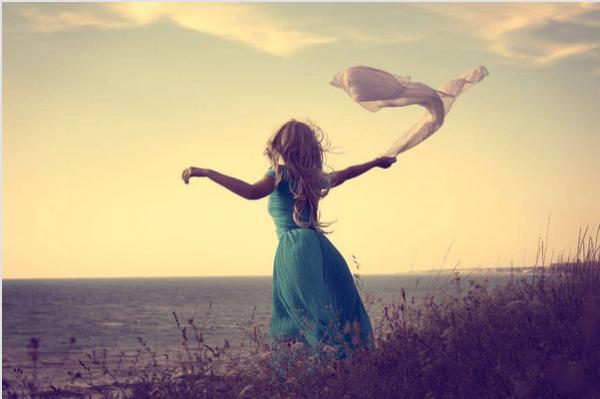 Fri kvinde med tørklæde nyder at være single