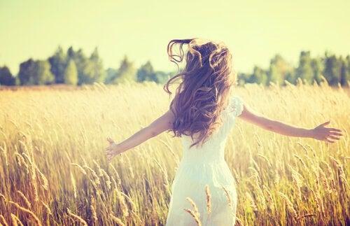 kvinde løber gennem mark. Hvad du har oplevet og hvordan du bruger det er to forskellige ting
