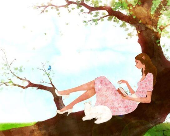 Kvinde læner sig op mod træ, læser bog og nyder at være single