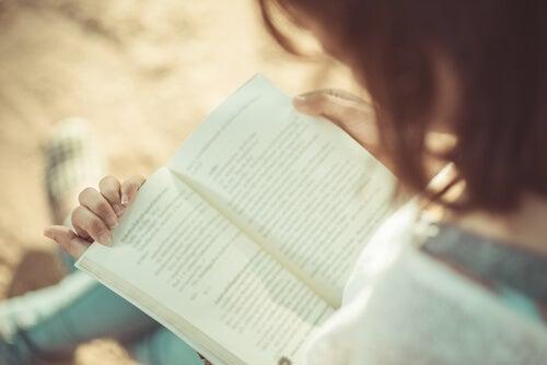 Pige læser en bog