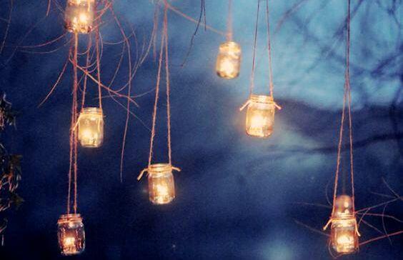 Lys hænger i træ