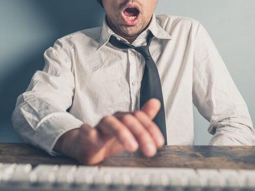 Mang igang med at udøve onani ved skrivebord