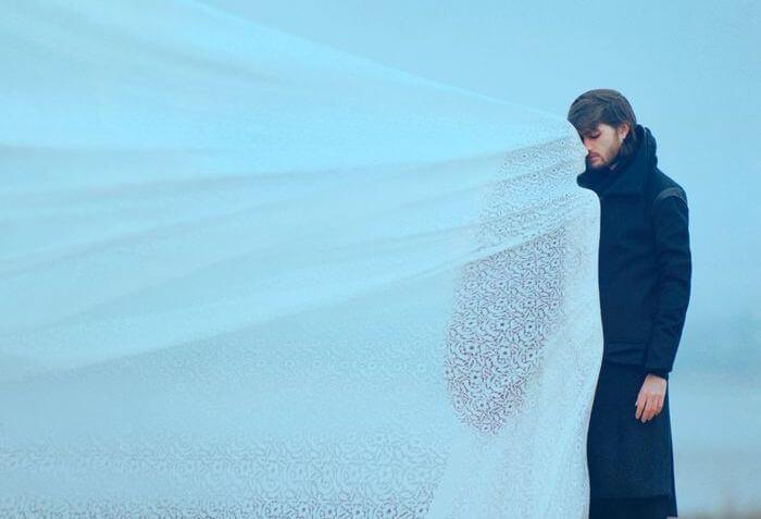 Mand i sorg og kvinde i hvidt deler kærlighed
