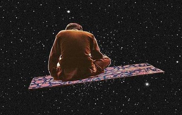 Mand sidder på magisk tæppe ude i rummet