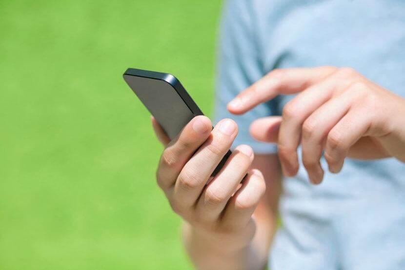 Mand med mobil i hånden