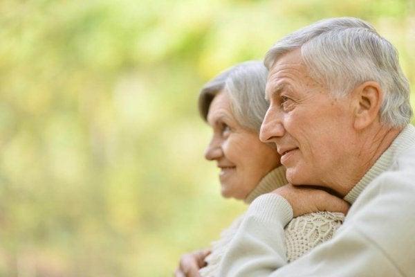 Ældre par med gråt hår