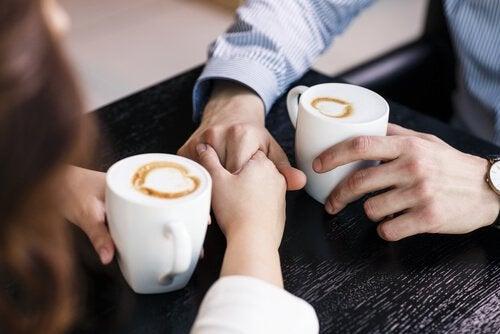 Et par drikker kaffe sammen