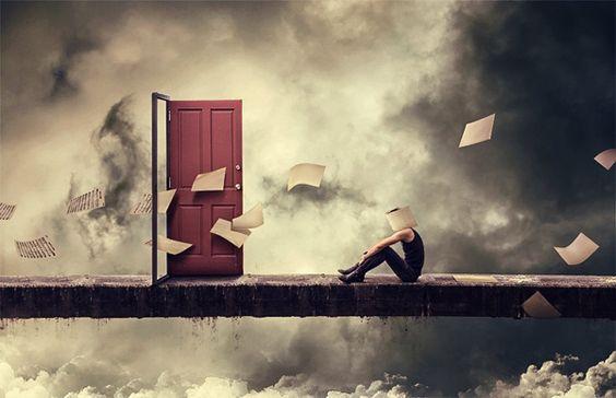 Person foran storm med åben dør og flagrende papirer